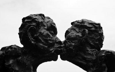 ¿Cómo le digo a mi pareja que no me gusta cómo besa?